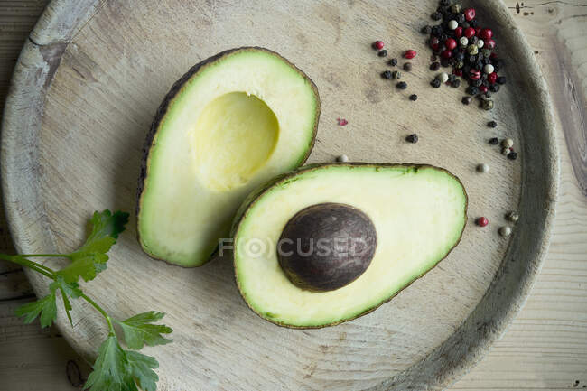 Halved avocado, parsley and pepper seen from above — Stock Photo