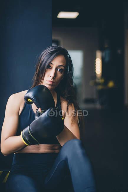 Портрет женщины-боксера, отдыхающей после тренировки по боксу — стоковое фото