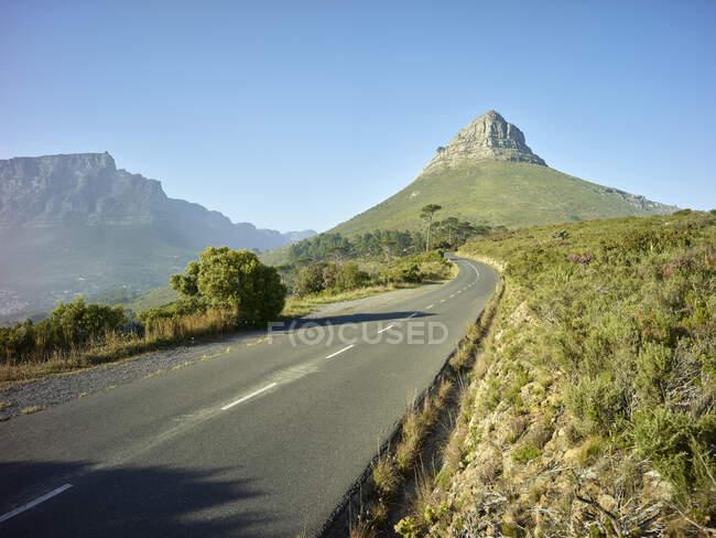 Empty asphalt road toward Lions Head mountain, Cape Town, South Africa — Stock Photo