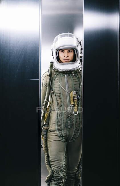 Hombre haciéndose pasar por astronauta en un ascensor - foto de stock