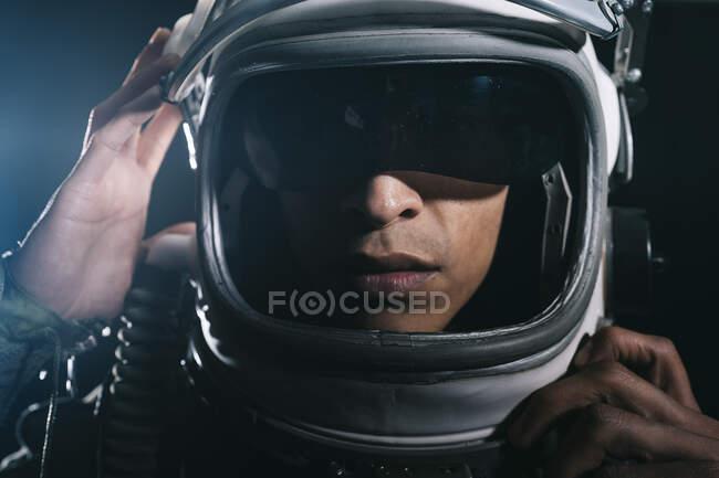 Hombre haciéndose pasar por astronauta en un ascensor de cohetes - foto de stock