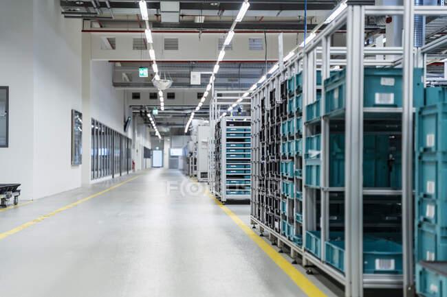 Conteneurs empilés dans un entrepôt d'usine moderne, Stuttgart, Allemagne — Photo de stock