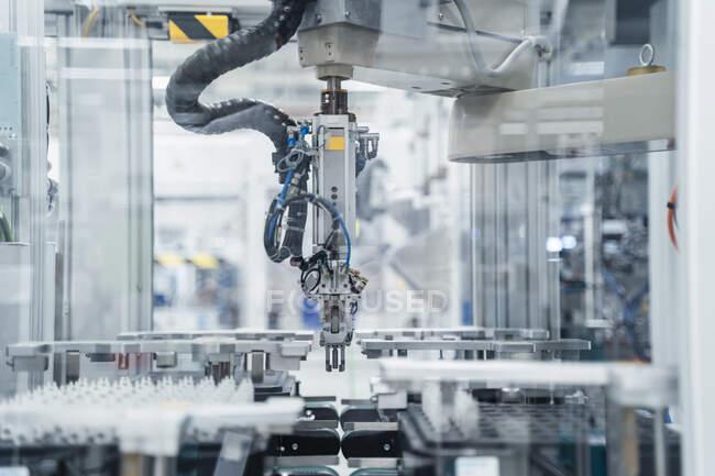 Arm of assembly robot functioning inside modern factory, Stuttgart, Germany — Stock Photo
