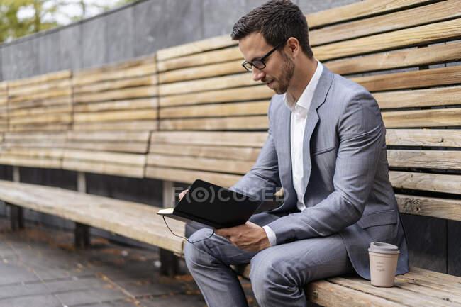 Бізнесмен сидить на дерев