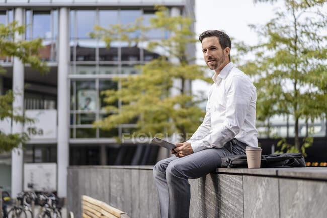 Empresário usando tablet na cidade — Fotografia de Stock