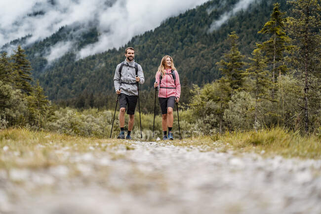 Young couple on a hiking trip, Vorderriss, Bavaria, Germany — Stock Photo