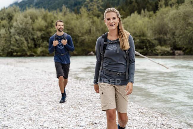 Молода пара подорожує річкою Вордеррісс (Баварія, Німеччина). — стокове фото