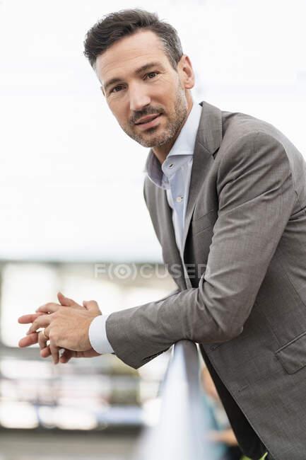 Портрет надійного бізнесмена в місті. — стокове фото