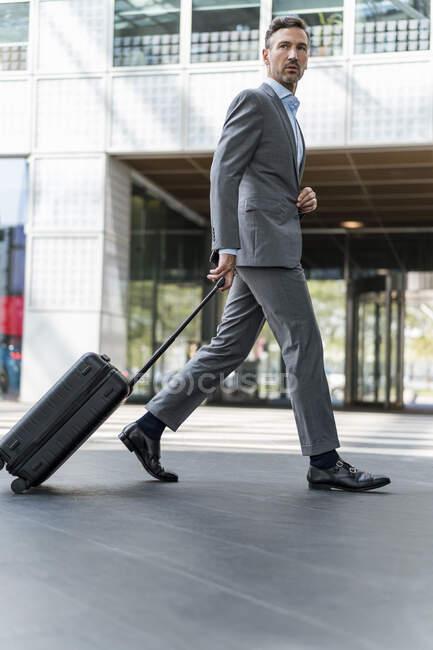 Homme d'affaires avec bagages en déplacement — Photo de stock
