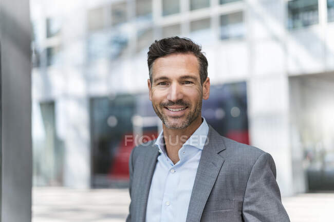 Portrait of smiling businessman outdoors — Stock Photo