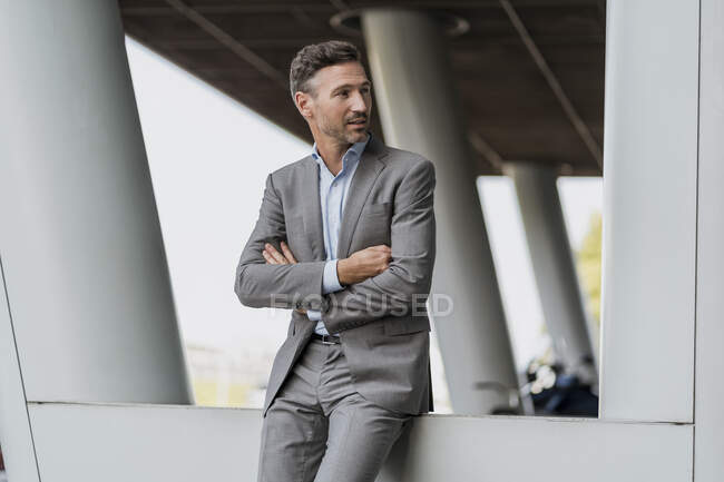 Portrait of confident businessman outdoors looking sideways — Stock Photo