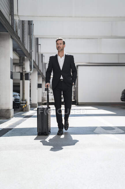 Businessman with baggage on the go — Stock Photo