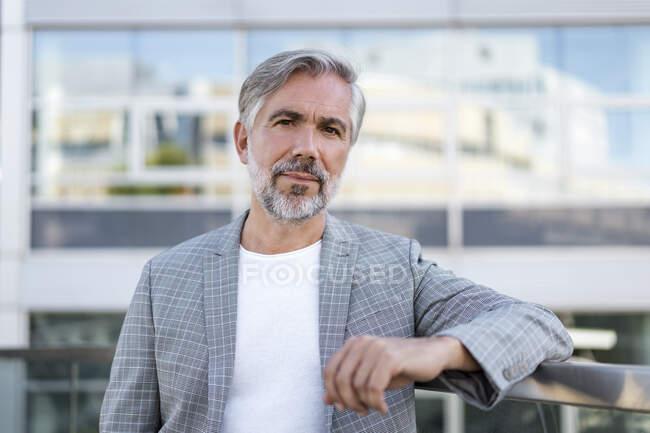 Портрет модного зрілого бізнесмена. — стокове фото