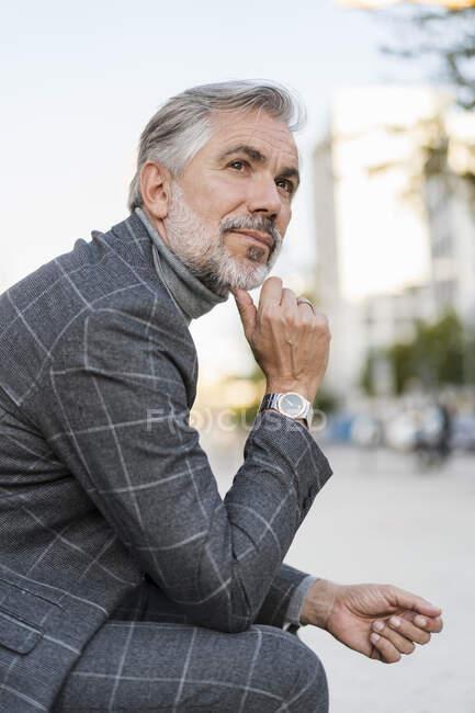 Retrato de hombre de negocios maduro de moda en la ciudad - foto de stock