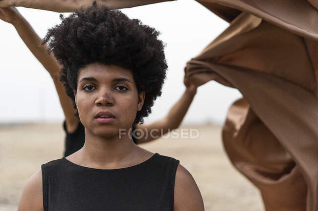 Portrait de jeune femme dans un paysage sombre — Photo de stock