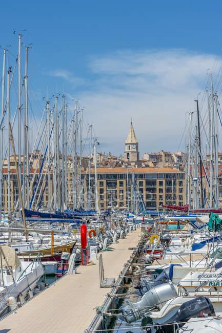 Francia, Provenza-Alpes-Costa Azul, Marsella, puerto viejo, muelle y yates de vela - foto de stock