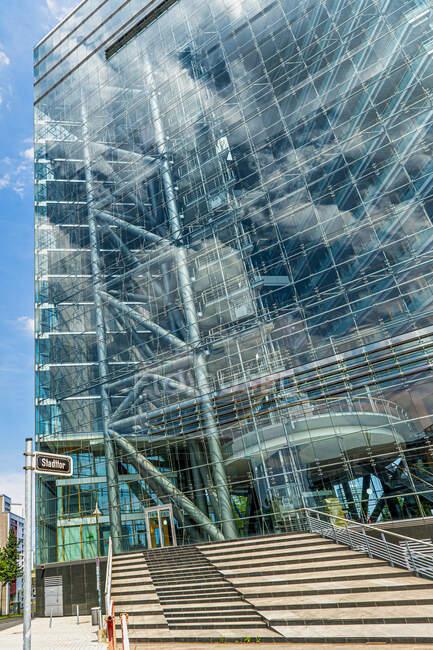 Vista a basso angolo del moderno edificio per uffici durante la giornata di sole a Dusseldorf, Germania — Foto stock