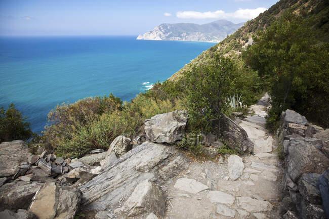 Sentiero sul Mar Mediterraneo, Liguria, Cinque Terre, Italia — Foto stock