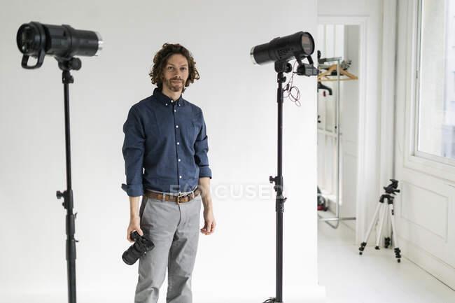 Retrato de un fotógrafo en su estudio - foto de stock