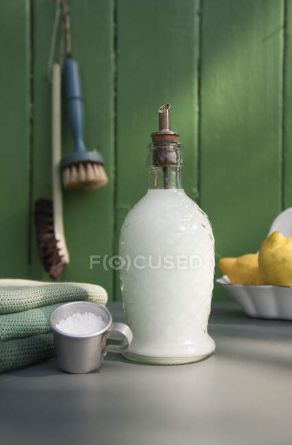 Líquido de plato en botella de vidrio nostálgico - foto de stock