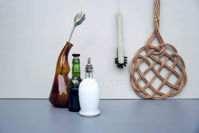 Limpiadores naturales en botellas de vidrio nostálgicas - foto de stock