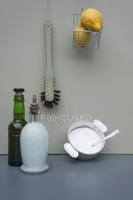 Primer plano del agente de limpieza natural - foto de stock