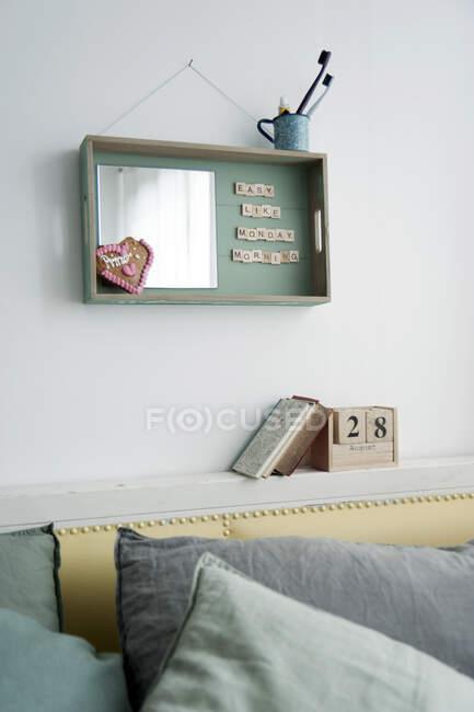 Decoración mural de bandeja de madera con espejo y texto - foto de stock
