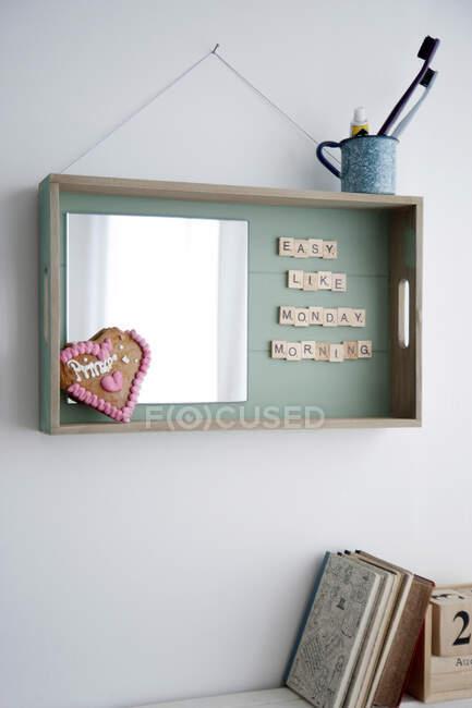Decorazione murale in vassoio di legno con specchio e testo — Foto stock