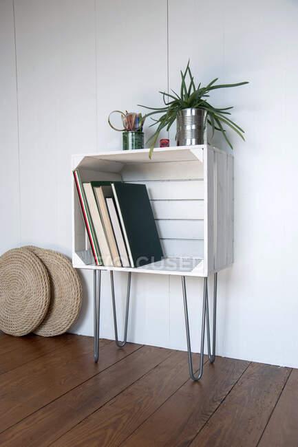 Upcycled fruitcrate used as bookshelf — Stock Photo