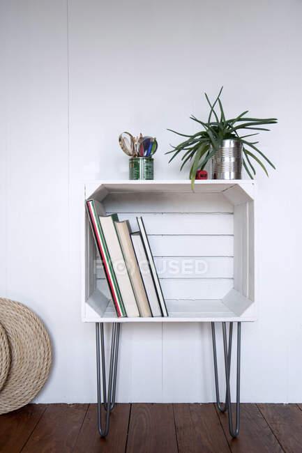 Cajón de frutas Upcycled utilizado como estante - foto de stock