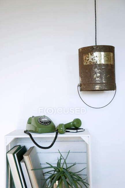 Cajón de frutas Upcycled utilizado como estante, viejo cubo de pintura como luz de gota - foto de stock