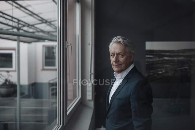 Портрет старшего бизнесмена у окна — стоковое фото