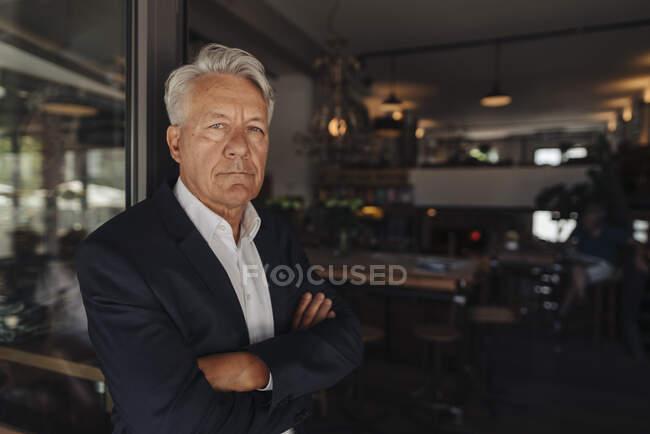 Портрет старшего бизнесмена в кафе — стоковое фото