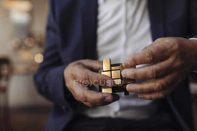 Крупный план бизнесмена с кубиком Рубика — стоковое фото