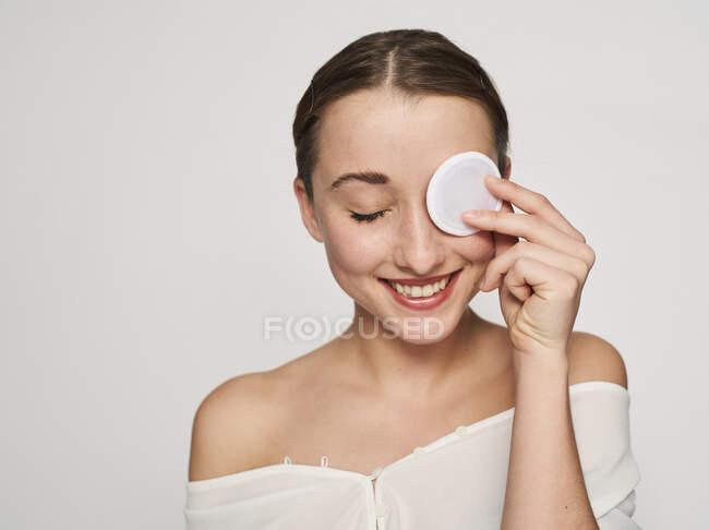 Retrato de una joven sonriente con almohadilla de algodón en su víspera - foto de stock