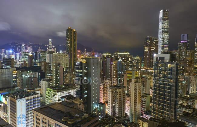 Vista de la ciudad por la noche, Kowloon, Hong Kong, China - foto de stock
