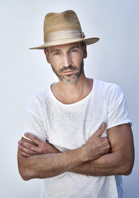 Ritratto di uomo maturo con cappello a braccia incrociate — Foto stock