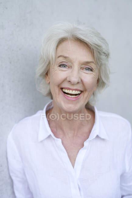 Retrato de mujer madura riendo - foto de stock