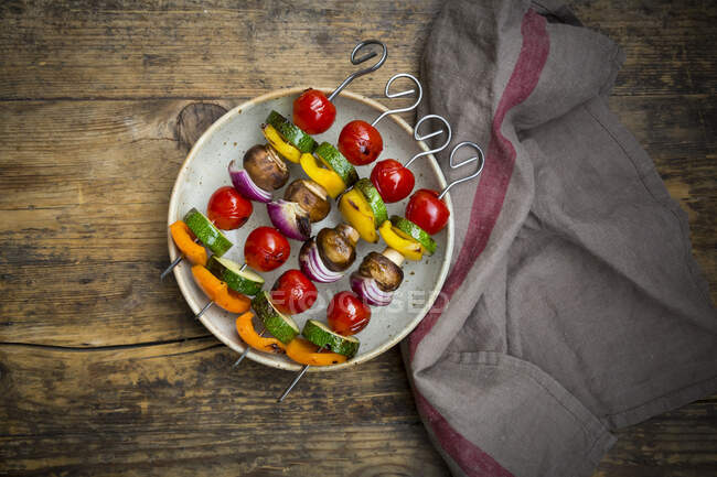 Grilled vegetable skewers on a plate — Stock Photo