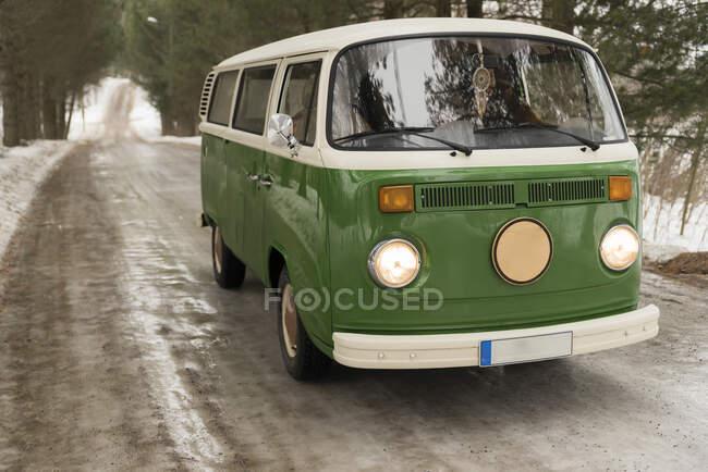 Camioneta eléctrica en camino rural en paisaje invernal, Kuopio, Finlandia - foto de stock