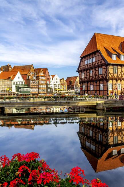 Casas de entramado de madera en el puerto viejo, Lueneburg, Alemania - foto de stock