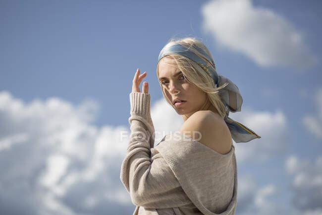 Retrato de mujer joven con banda de pelo - foto de stock