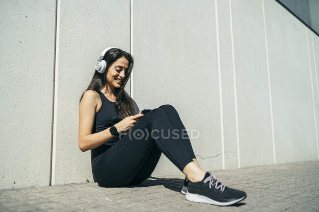 Young woman jogging in headphones — Stock Photo