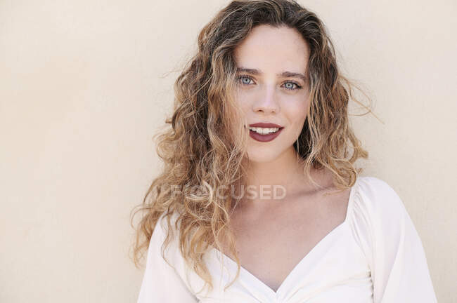 Retrato de bela jovem sorridente — Fotografia de Stock