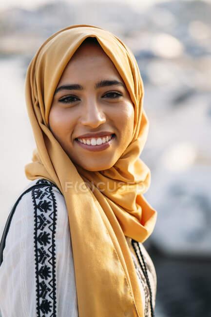 Giovane donna musulmana che indossa hijab — Foto stock