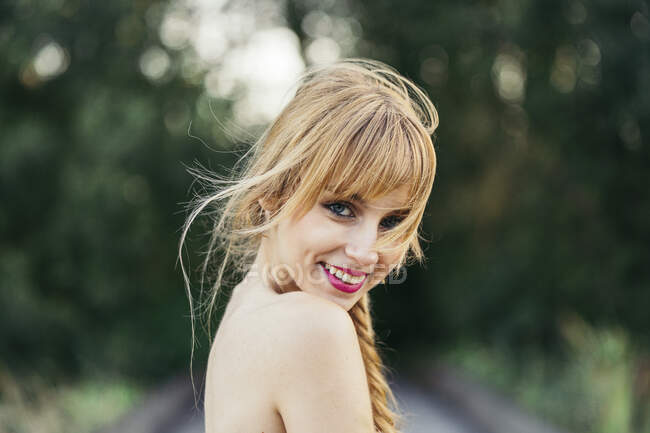 Портрет усміхненої блондинки в природі. — стокове фото