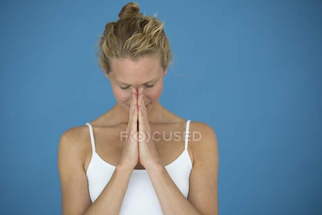 Посмішка блондинки з закритими очима, медитуючи — стокове фото