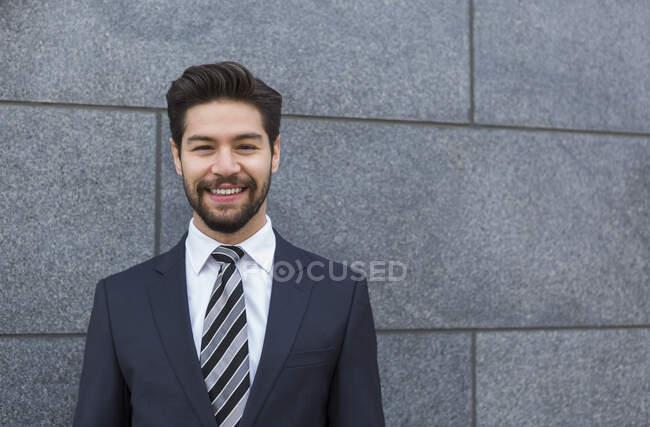Портрет бородатого молодого бізнесмена у синьому костюмі та краватці. — стокове фото