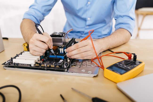 Техніка ремонтування настільного комп'ютера, перевірка безперервності пластин і роз'ємів — стокове фото