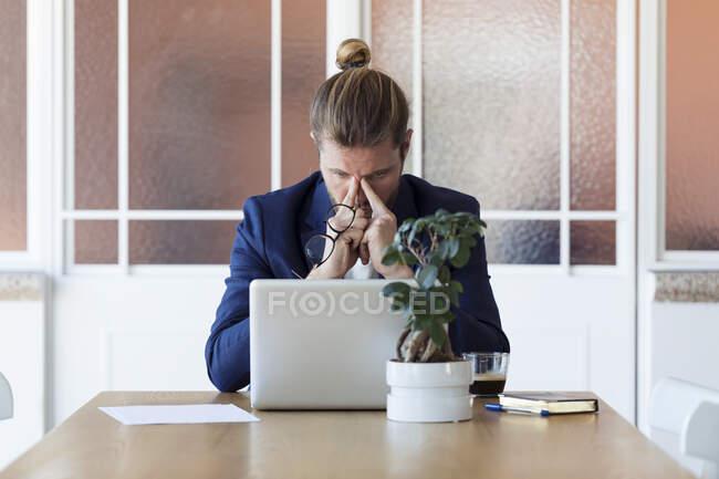 Empresario enfocado que trabaja en la oficina moderna - foto de stock